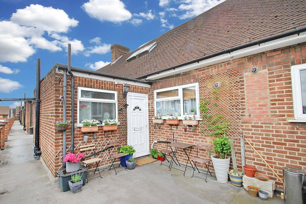 2 Bedrooms Flat for sale in New North Road, Hainault
