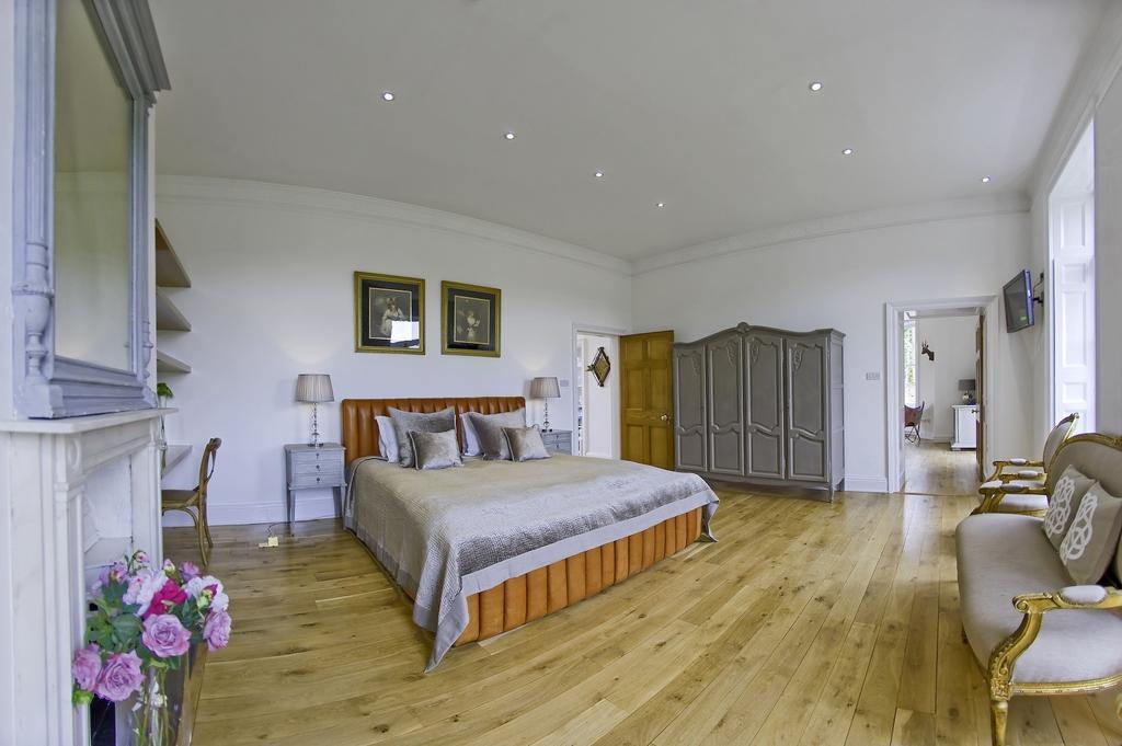 Hampton Court 1 Bed Apartment 10 617 Pcm 2 450 Pw