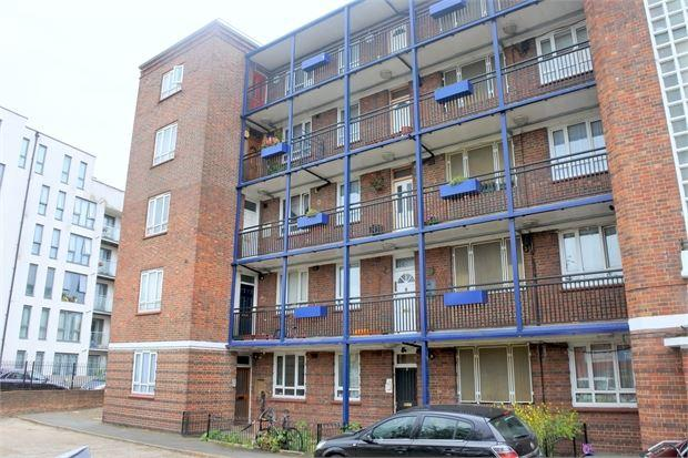 3 Bedrooms Flat for sale in Bromley Road, Bellingham, London, SE6 3BS