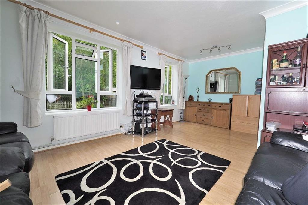 3 Bedrooms Flat for sale in Hillyfields, Loughton, Essex