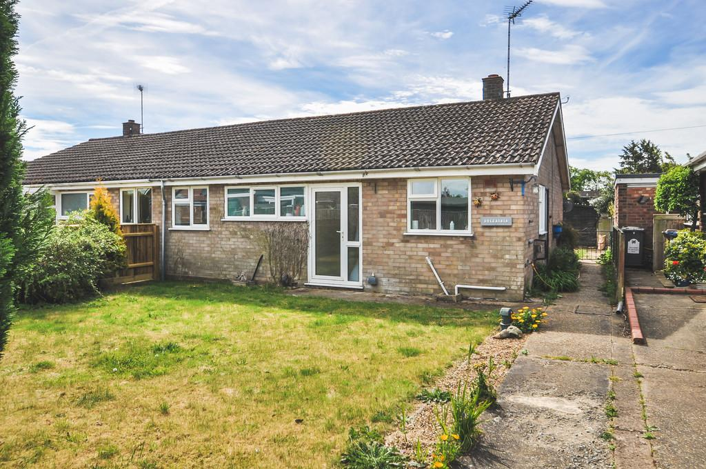 2 Bedrooms Semi Detached Bungalow for sale in St Michaels Way, Wenhaston