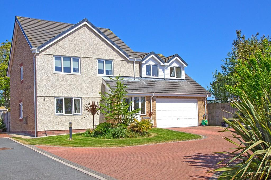 4 Bedrooms Detached House for sale in Llys Coedlys, Valley, North Wales