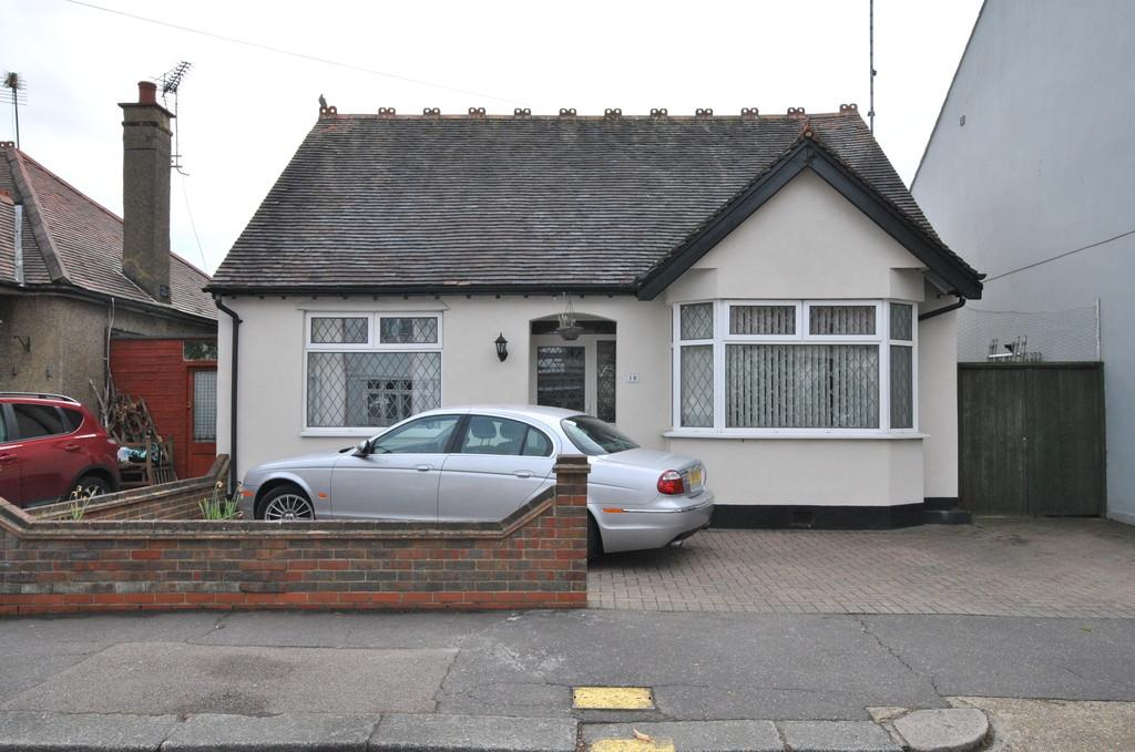 2 Bedrooms Detached Bungalow for sale in Leigh-on-Sea