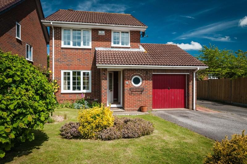 3 Bedrooms Detached House for sale in Knights Meadow, Uckfield