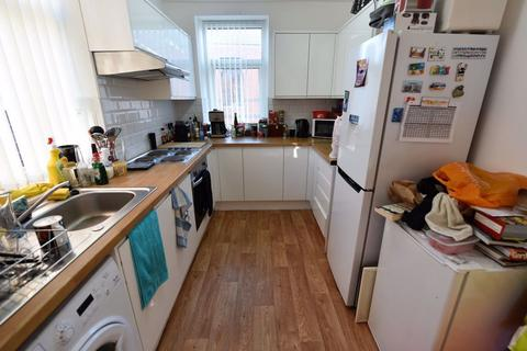 2 bedroom flat to rent - 212 Armley Road, Flat 4