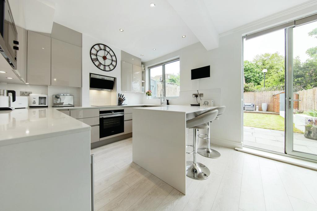 4 Bedrooms Terraced House for sale in Valley Road, SW16