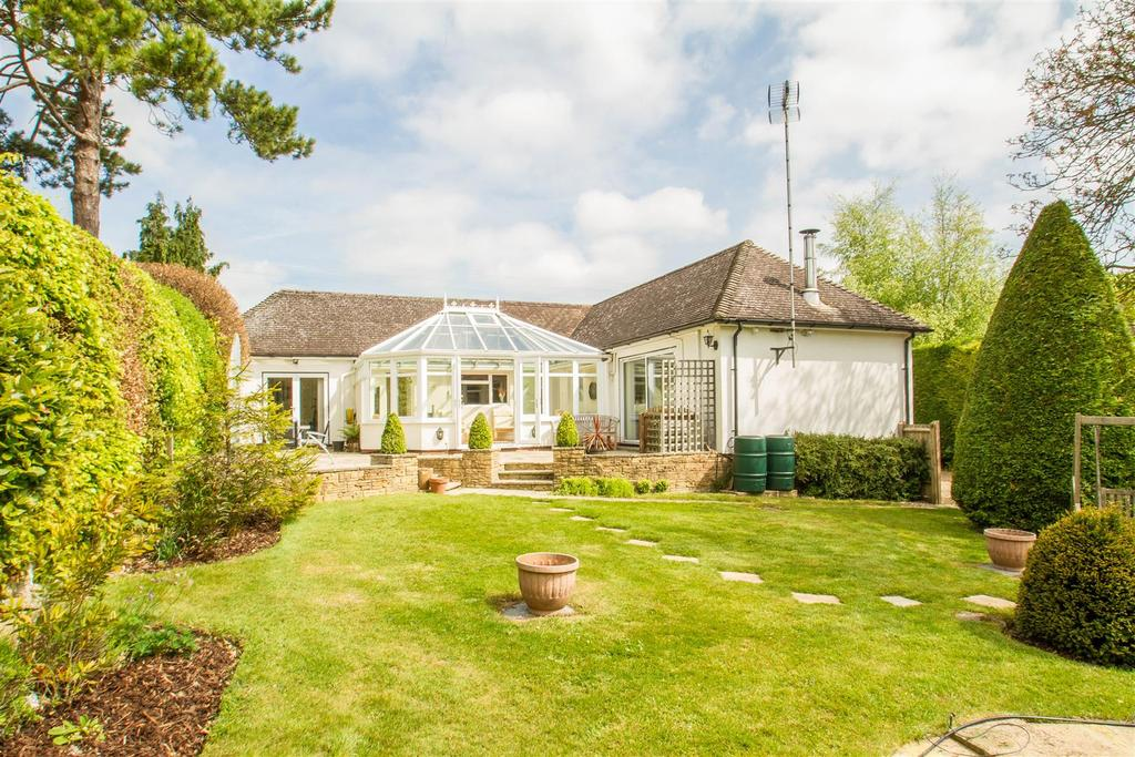 4 Bedrooms Bungalow for sale in Pilgrims Way, Harrietsham, Maidstone