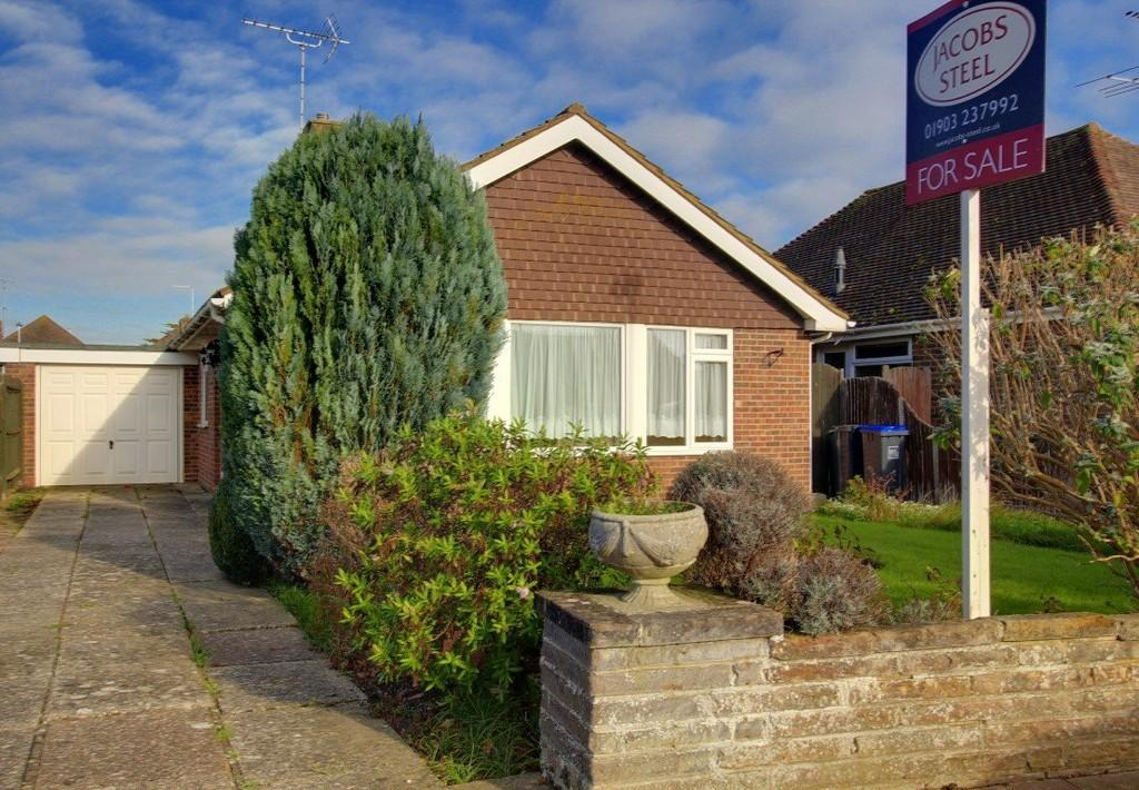 3 Bedrooms Detached Bungalow for sale in Derwent Drive, Goring-by-sea, Worthing, BN12 6LA