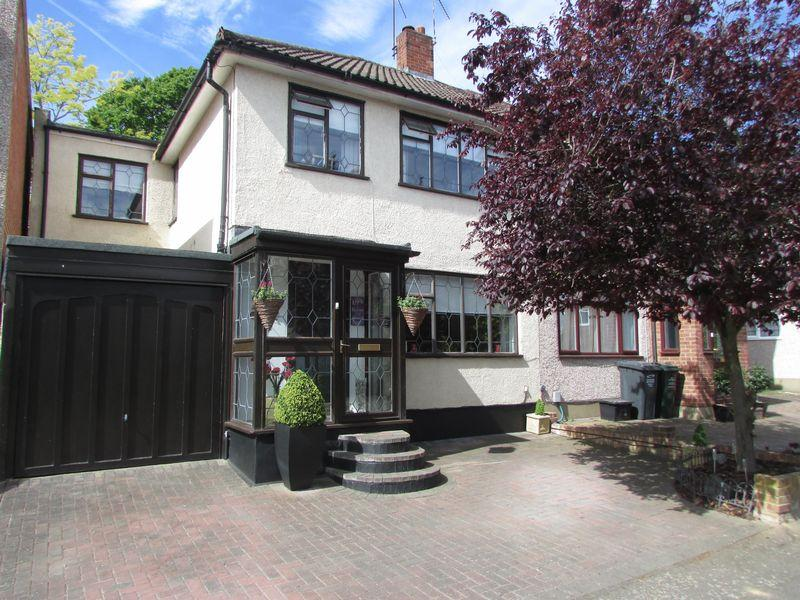 4 Bedrooms Semi Detached House for sale in Bankside Close, Bexley