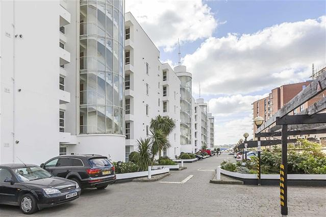 2 Bedrooms Flat for sale in Barrier Point, Barrier Point Road, West Silvertown