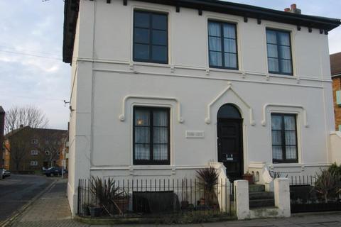 Studio to rent - Castle Road, Southsea PO5