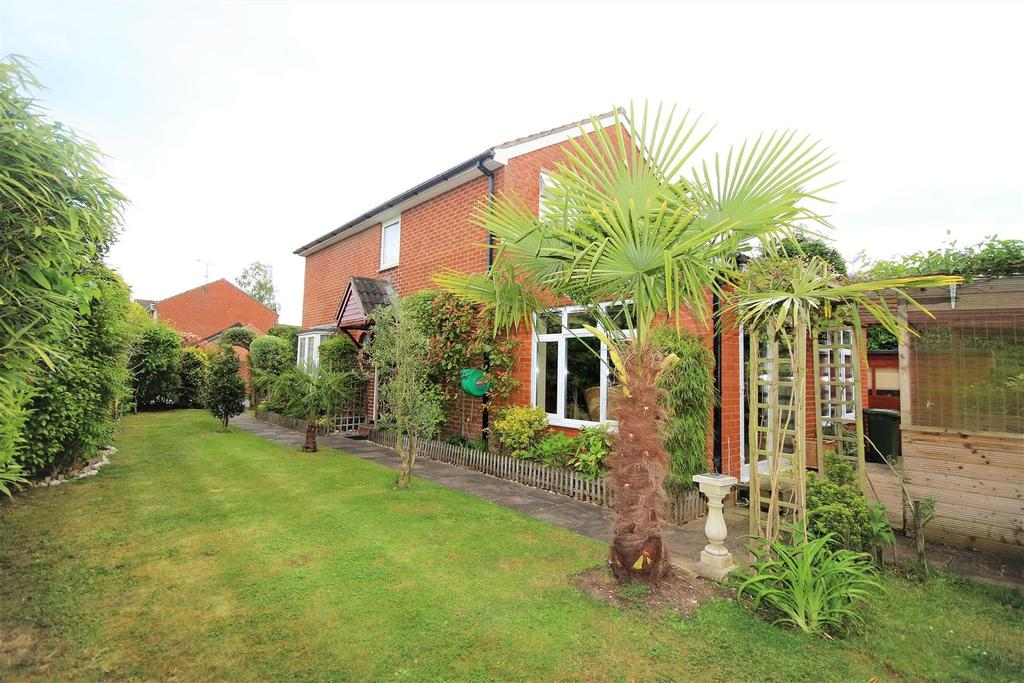 5 Bedrooms Detached House for sale in Hurst Park Road, Twyford, Reading