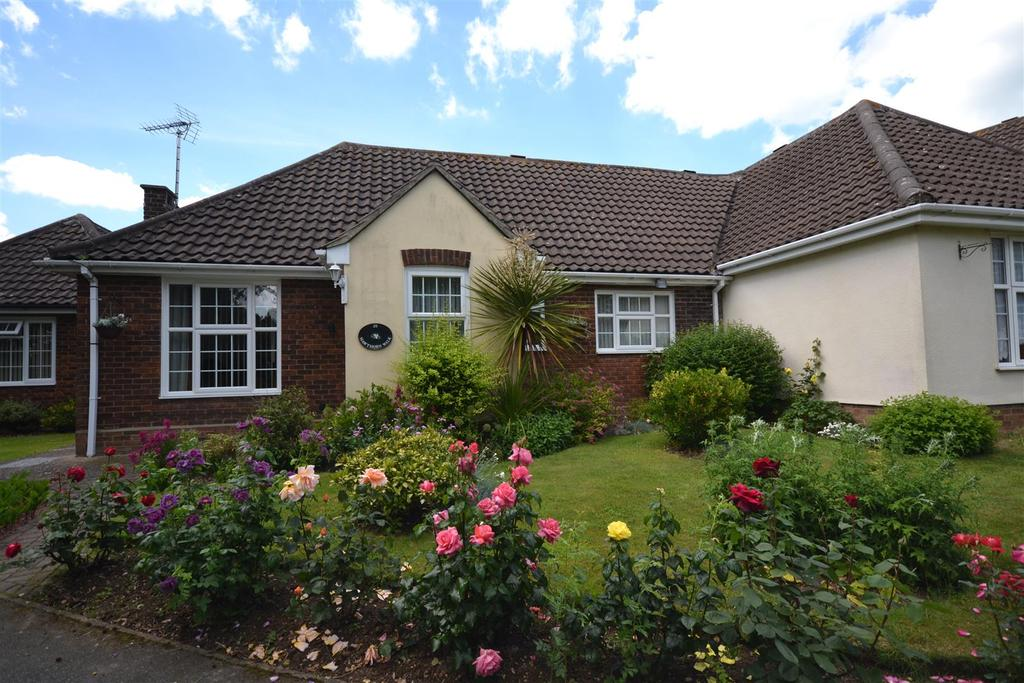 2 Bedrooms Bungalow for sale in Hawthorn Walk, South Woodham Ferrers, Chelmsford