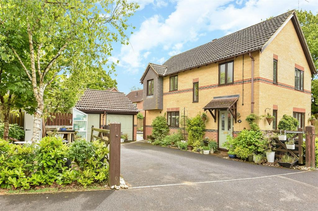4 Bedrooms Detached House for sale in Horton Heath, Hampshire, Hampshire