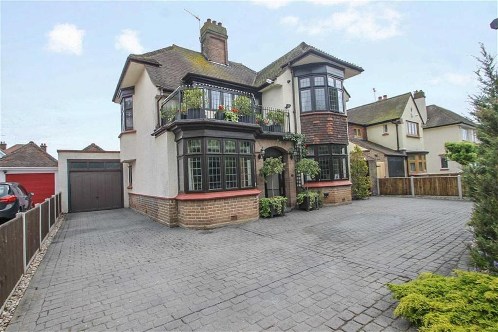 4 Bedrooms Detached House for sale in Lancaster Gardens East, East Clacton