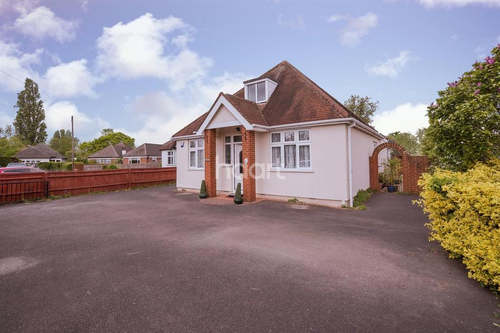 4 Bedrooms Bungalow for sale in Brook Close, Ruislip