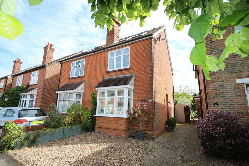 3 Bedrooms Semi Detached House for sale in The Mount, Cranleigh