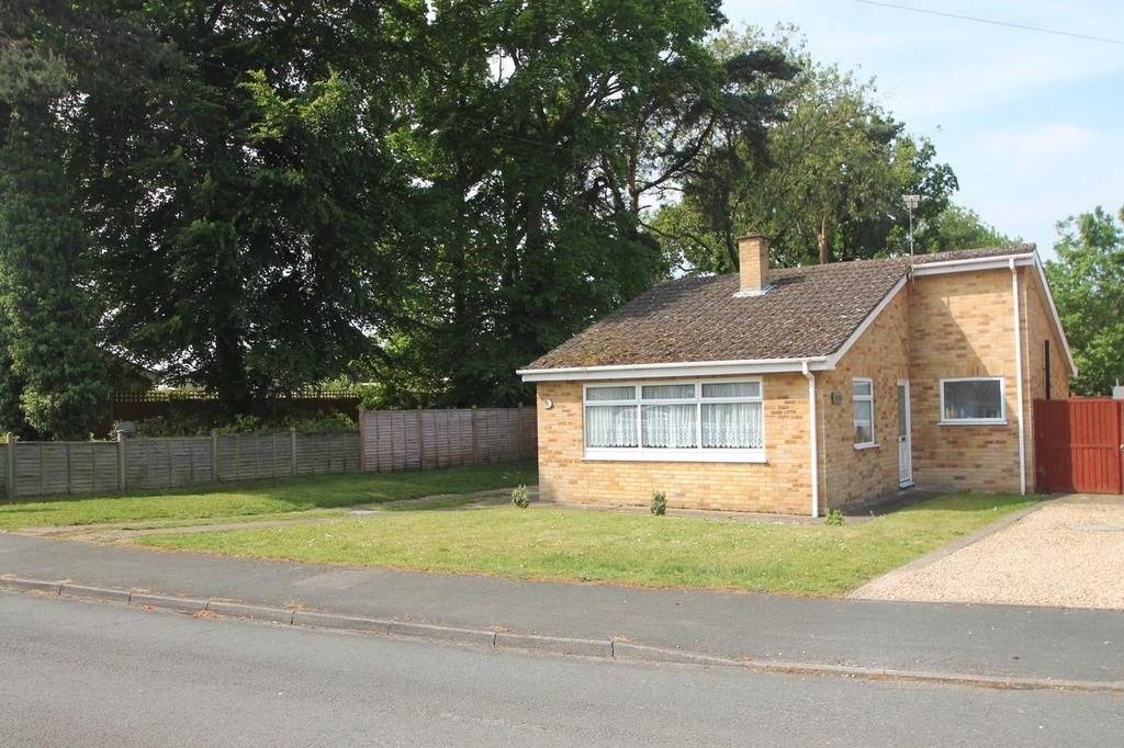 2 Bedrooms Detached Bungalow for sale in Barr Drive, Lakenheath
