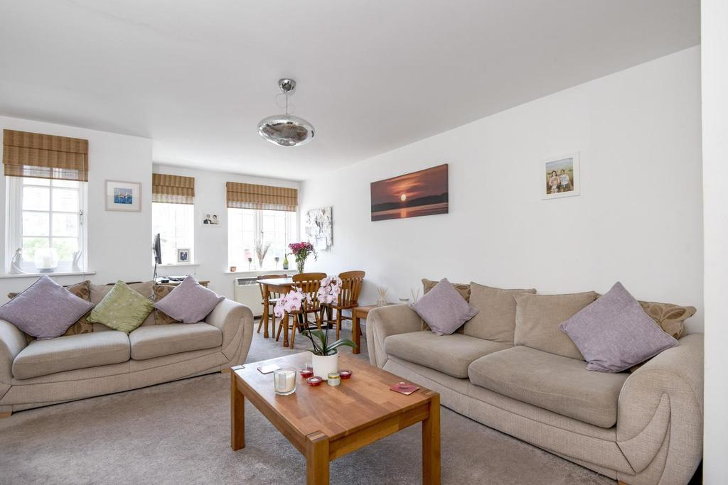 2 Bedrooms Flat for sale in Gilbert Close, Shooters Hill, SE18