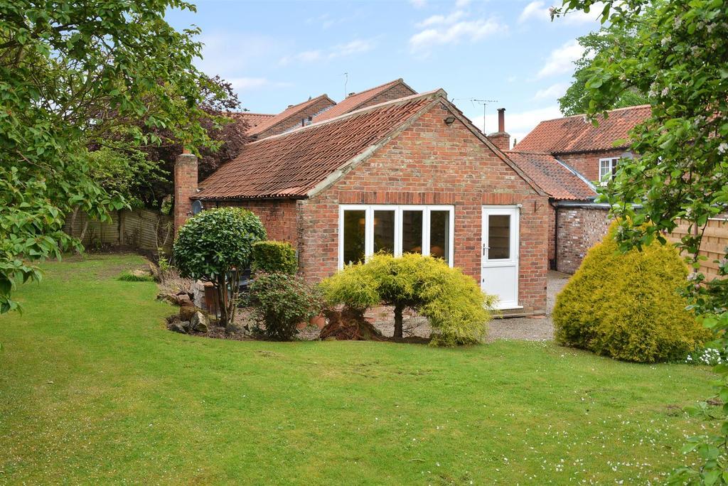 3 Bedrooms Semi Detached Bungalow for sale in North Lane, Wheldrake, York