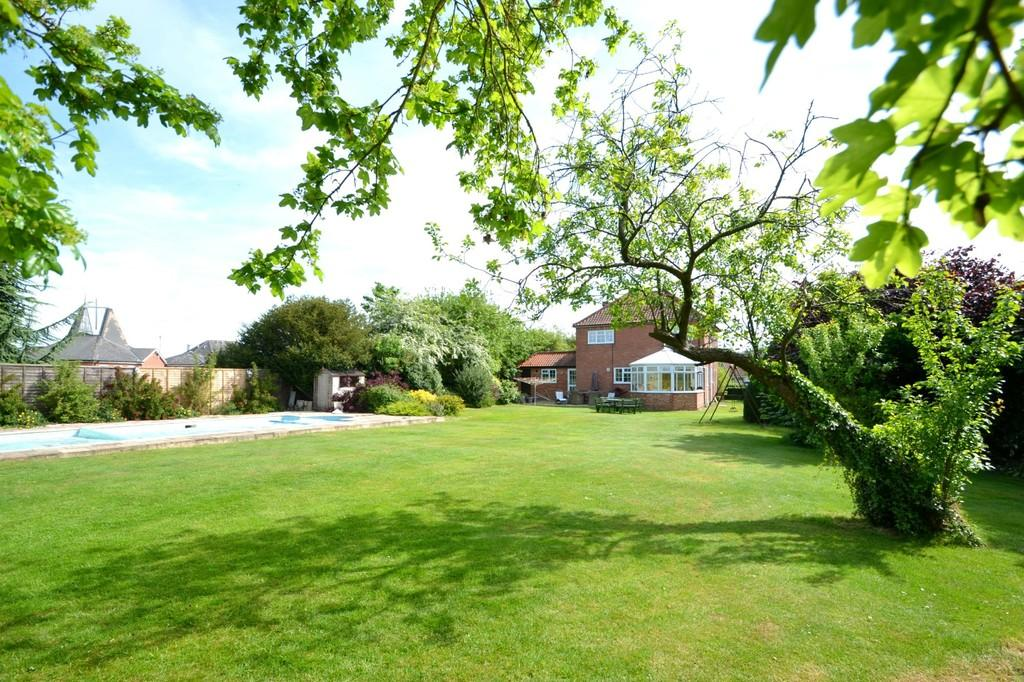 5 Bedrooms Detached House for sale in Days Road, Capel St. Mary, Ipswich, Suffolk, IP9 2LE