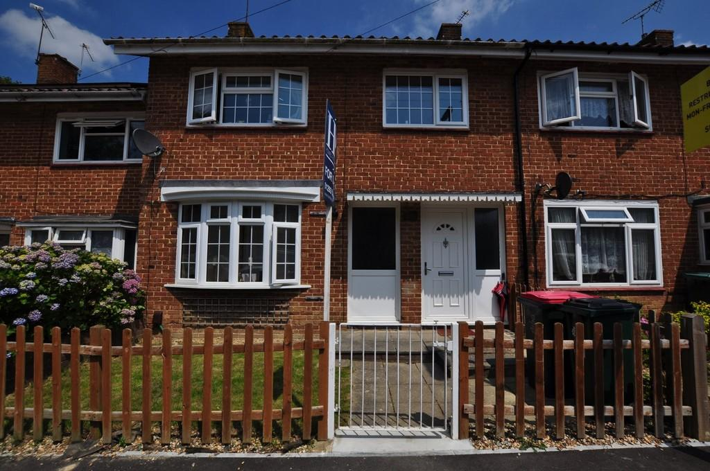 3 Bedrooms Terraced House for sale in Lady Margaret Road, Ifield