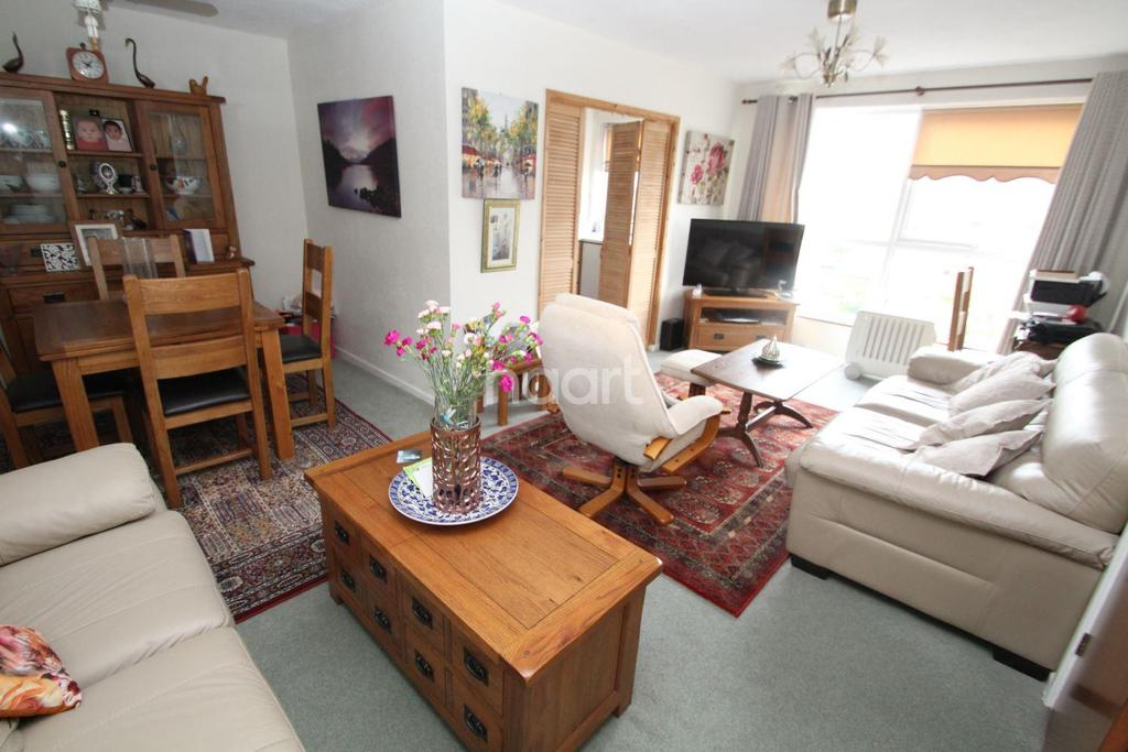 2 Bedrooms Flat for sale in Paul Court, Romford