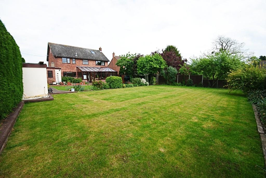 5 Bedrooms Detached House for sale in Church Road, Tasburgh