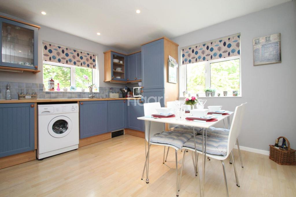 2 Bedrooms Flat for sale in Groves Way