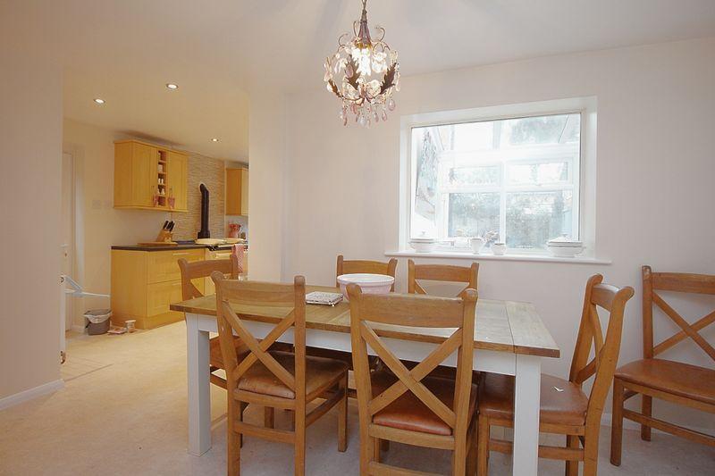 4 Bedrooms Semi Detached House for sale in Kiln Lane, Farnham