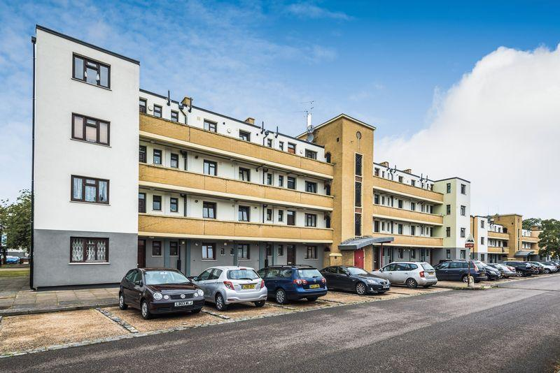 3 Bedrooms Apartment Flat for sale in Shirley House Drive, Charlton, SE7