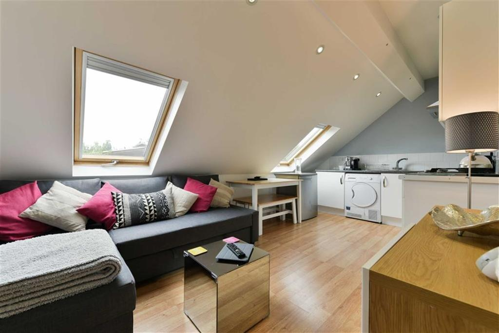 1 Bedroom Flat for sale in Chessington Road, West Ewell, Surrey