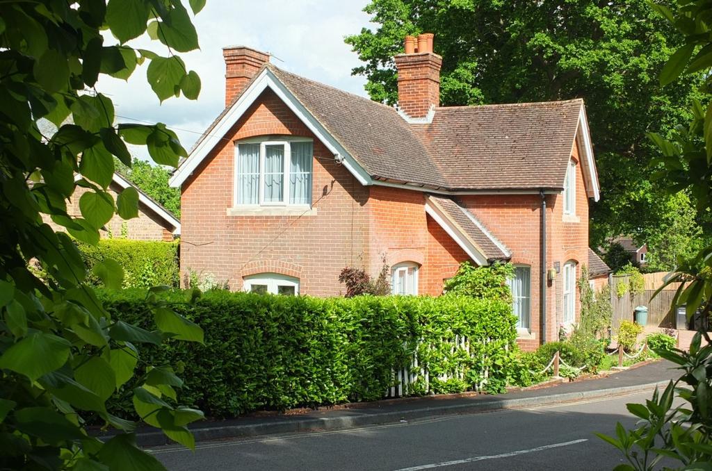 2 Bedrooms House for sale in Farlington Close, Haywards Heath, RH16