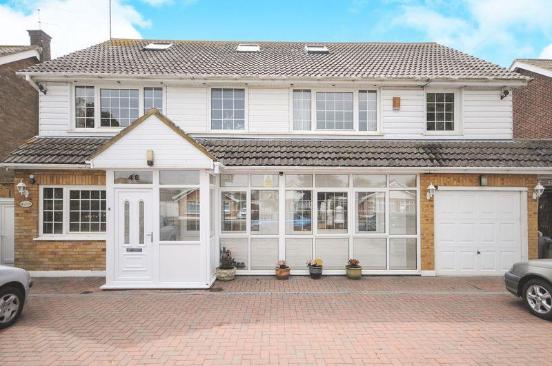 6 Bedrooms Detached House for sale in Wyatts Drive, Thorpe Bay