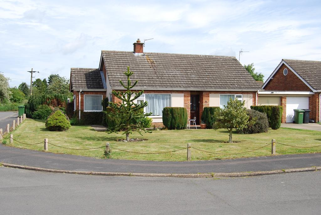 2 Bedrooms Detached Bungalow for sale in Swanton Drive, Dereham NR20