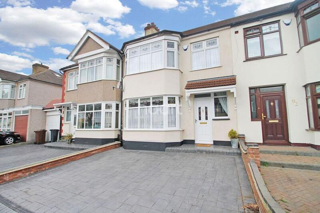 3 Bedrooms Terraced House for sale in Gorseway, Rush Green
