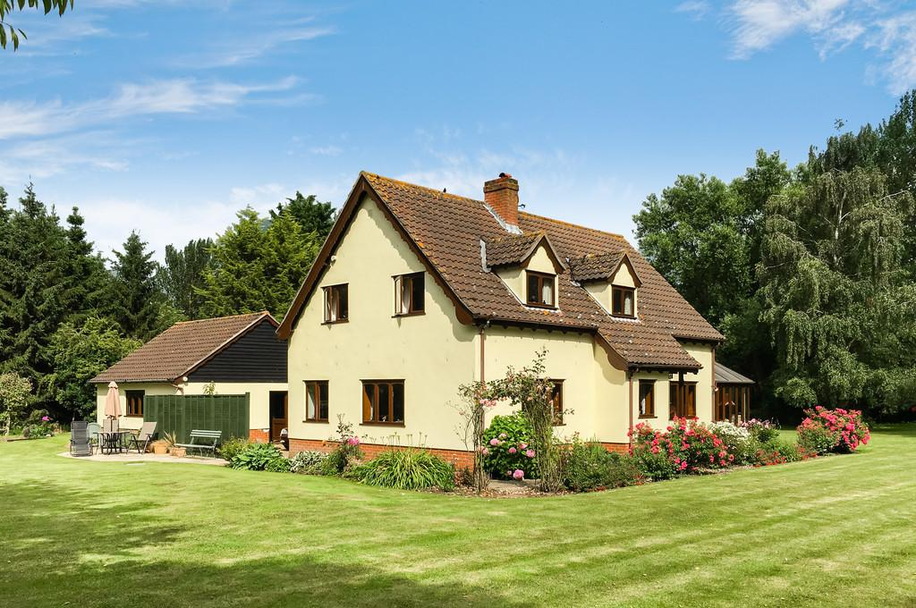 3 Bedrooms Detached House for sale in Weybread, Nr Harleston, Suffolk