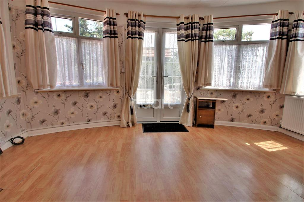 2 Bedrooms Bungalow for sale in Golf Green Road