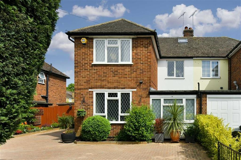 4 Bedrooms Semi Detached House for sale in Leatherhead Road, Chessington, Surrey