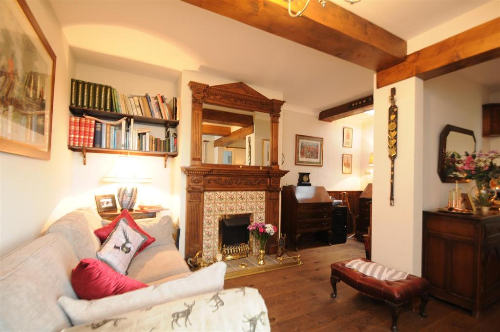 3 Bedrooms Cottage House for sale in Chester Road, Daresbury, Warrington