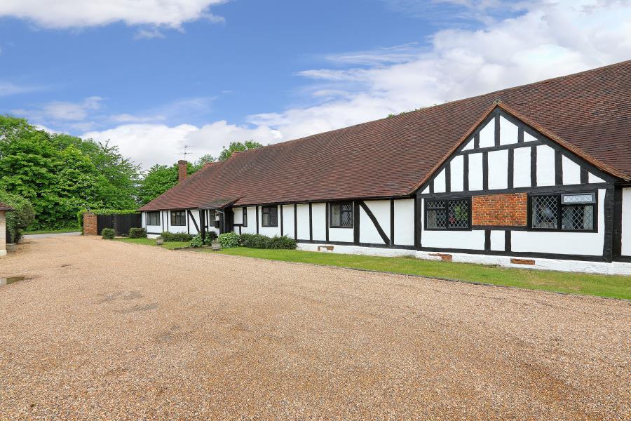 4 Bedrooms Bungalow for sale in Egham, Surrey