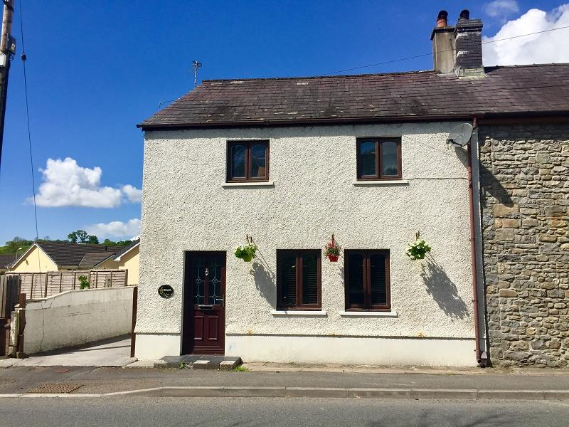 3 Bedrooms Semi Detached House for sale in Llanwrda, Carmarthenshire.