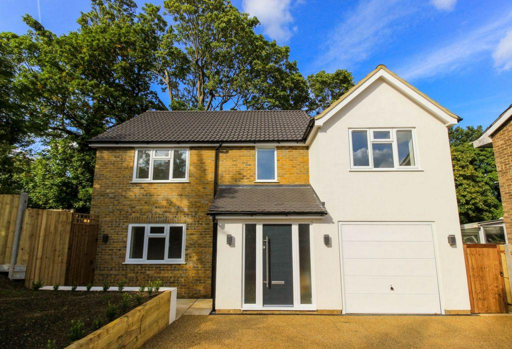 4 Bedrooms Detached House for sale in Sheredes Drive, Hoddesdon, EN11