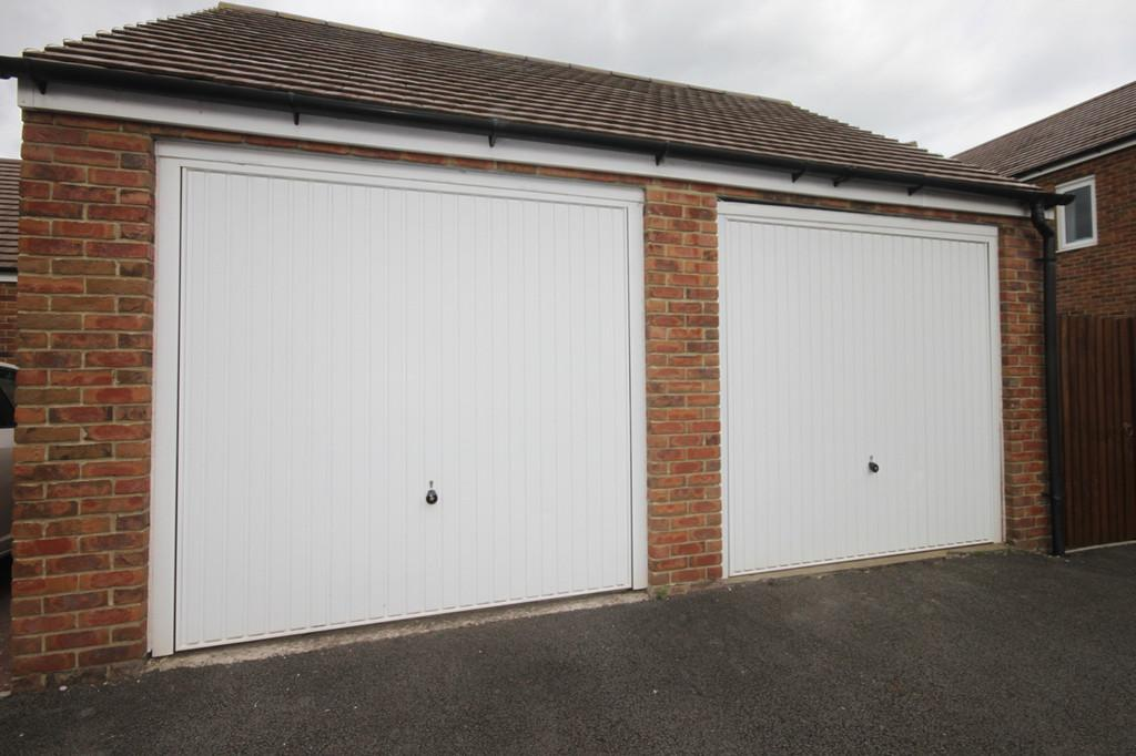Burrium gate usk 3 bed semi detached house 220 000 for Rear garage door