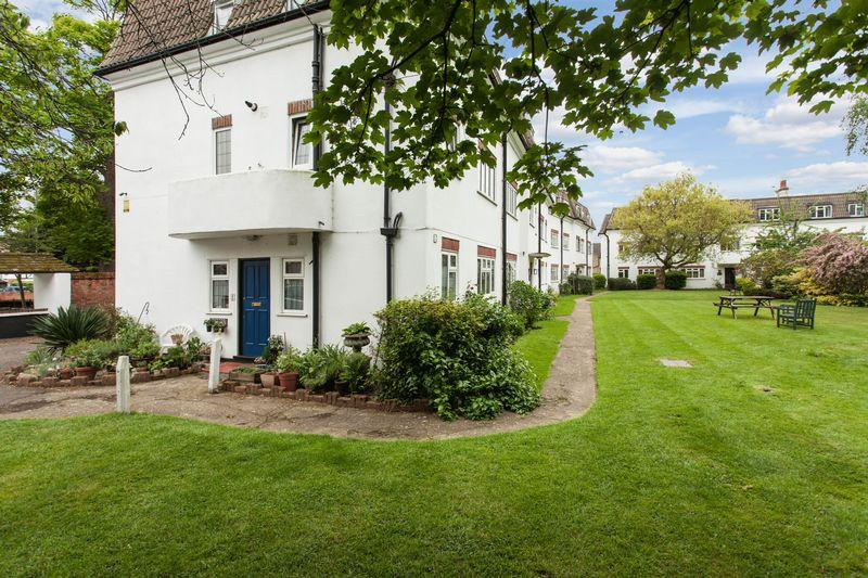 3 Bedrooms Ground Flat for sale in Dainton Close, Bromley