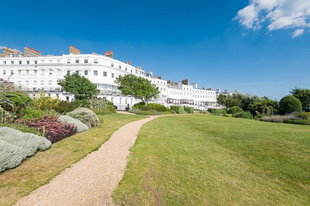 3 Bedrooms Flat for sale in Arundel Terrace, Brighton, Brighton, BN2