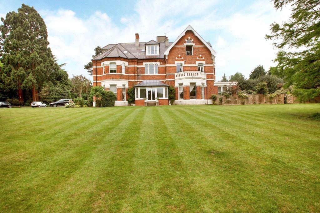 2 Bedrooms Flat for sale in Warren Hall, Manor Road, Loughton, Essex, IG10