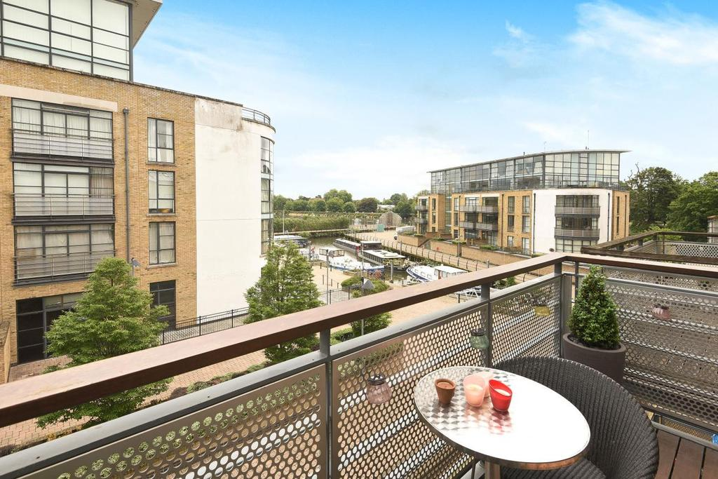 3 Bedrooms Flat for sale in Town Meadow, Brentford