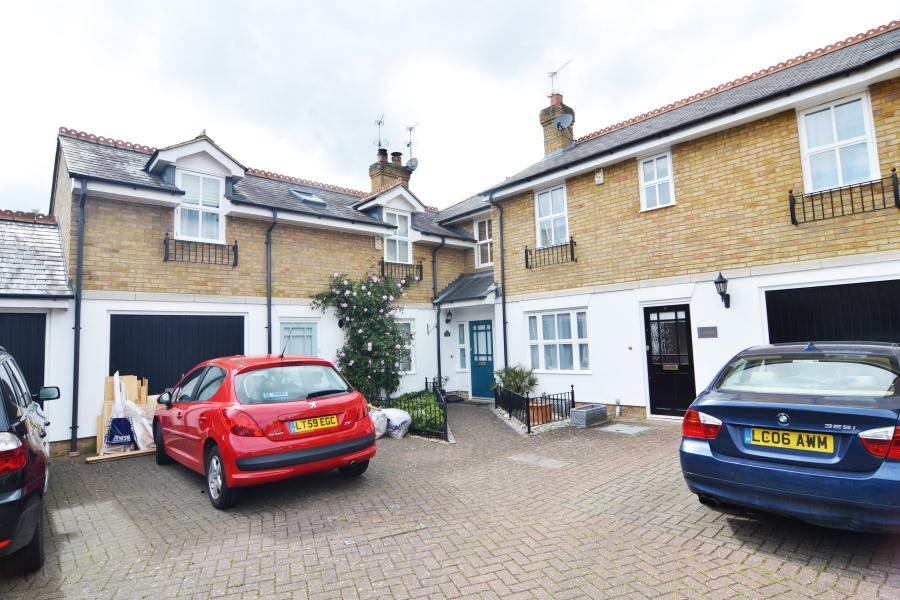 2 Bedrooms Terraced House for sale in Dells Close, Teddington, TW11