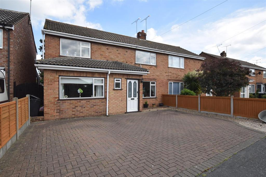 4 Bedrooms Semi Detached House for sale in Cedar Chase, Heybridge, Maldon